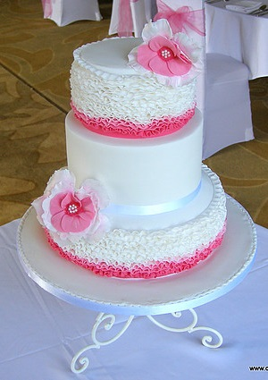 Ping and White Flowers Wedding cake